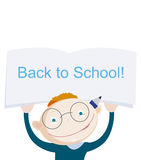 De glimlachende rode jongen die van de haarschool notitieboekje met groetuitdrukking tonen terug naar school Stock Afbeelding