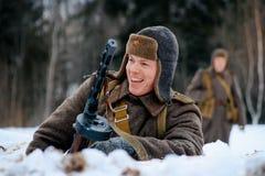De glimlachende Rode militair van de legerinfanterie met zijn PPSh-machinepistool Royalty-vrije Stock Fotografie