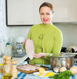 De glimlachende soep van vrouwen kokende vissen Stock Foto's