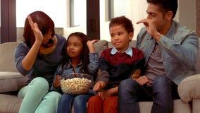 De glimlachende Spaanse familie stak hun handen op en deed een hoogte vijf stock videobeelden