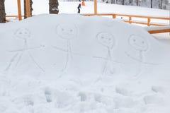 De glimlachende stickman langs getrokken familie dient sneeuw in Royalty-vrije Stock Fotografie