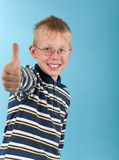 De glimlachende tiener toont de duim omhoog ondertekent Stock Foto's