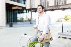 De glimlachende Uitvoerende macht met Koffie en Cyclus op Straat royalty-vrije stock afbeelding