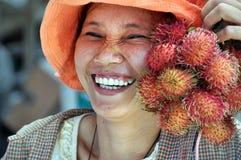 De glimlachende verkoper van het Fruit in Hoi een Markt, Vietnam. Stock Fotografie