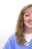 De glimlachende verpleegster met stethoscoop en schrobt royalty-vrije stock afbeeldingen