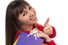 De glimlachende vrouw bij het winkelen met kleurrijke zakken toont goed teken Stock Foto's