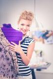 De glimlachende vrouw die van de manierontwerper zich dichtbij ledenpop in bureau bevinden Royalty-vrije Stock Foto