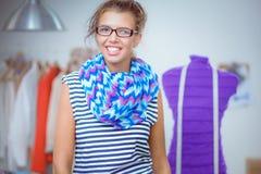 De glimlachende vrouw die van de manierontwerper zich dichtbij ledenpop in bureau bevinden Stock Fotografie