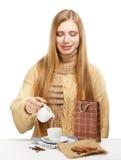 De glimlachende vrouw drinkt koffie met melk en kaneel Royalty-vrije Stock Afbeeldingen