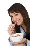 De glimlachende vrouw eet gezond graangewas voor ontbijt Royalty-vrije Stock Foto's