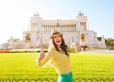 De glimlachende vrouw geeft twee duimen bij het Vierkant van Venetië in Rome op Stock Foto's
