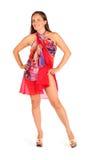 De glimlachende vrouw gekleed in pareo stelt in studio Stock Fotografie