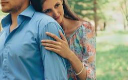 De glimlachende vrouw omhelst een man Stock Afbeelding