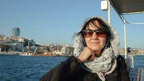 De glimlachende vrouw reist door boot stock videobeelden