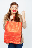 De glimlachende vrouw toont het winkelen zak Royalty-vrije Stock Afbeelding