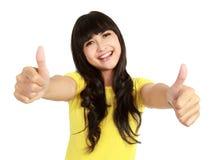 De glimlachende vrouw toont twee duimen Royalty-vrije Stock Foto's