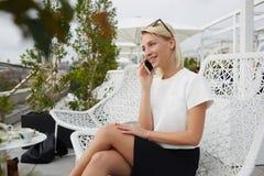 De glimlachende vrouwelijke advocaat spreekt op mobiele telefoon over haar het winnen proef royalty-vrije stock foto