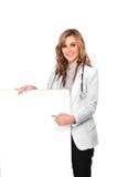 De glimlachende vrouwelijke arts met stethoscoop en de witte lege raad, zijn Royalty-vrije Stock Afbeeldingen