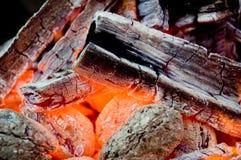 De gloed van de barbecuehoutskool, sluit omhoog royalty-vrije stock fotografie