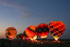 De Gloed van de Ballon van de hete Lucht bij Nacht Stock Foto