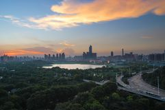 De gloed van de de zomerzonsondergang in China stock foto's
