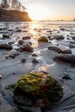 De gloed van de zonreeks over rotsen at low tide royalty-vrije stock foto's