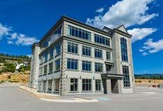 De gloednieuwe commerciële bouw met kleinhandels en bureauruimte voor verkoop of huur royalty-vrije stock afbeelding