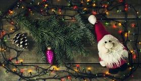 De gloeiende Kerstboomslinger met stelt voor stock foto's