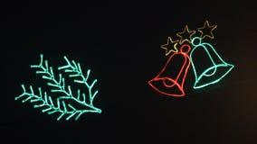 De gloeiende klokken knipperen tegen een donkere achtergrond Kerstmisdecoratie, feestelijke verlichting stock video