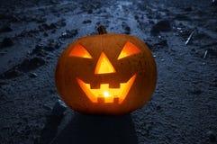 De gloeiende pompoen van Halloween bij nacht Royalty-vrije Stock Afbeelding