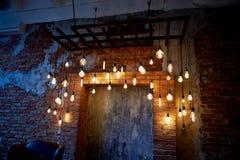 De gloeilamp van Edison het hangen op een lange draad Comfortabel warm geel licht retro Royalty-vrije Stock Fotografie
