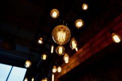 De gloeilamp van Edison het hangen op een lange draad Comfortabel warm geel licht retro Stock Fotografie