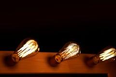 De gloeilamp van Edison het hangen op een lange draad Comfortabel warm geel licht retro Stock Foto
