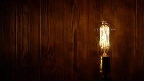 De gloeilamp van Edison op houten achtergrond stock footage