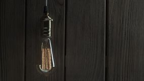 De gloeilamp verlicht op houten achtergrond stock videobeelden