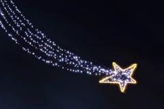 De gloeilampen dalende ster van de Kerstmisslinger in de nacht Stock Fotografie