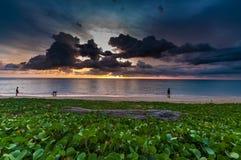 De glorie van de strandochtend op het strand en logboekhout met mensen bij zon stock afbeelding
