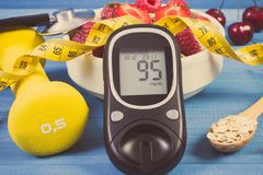 De glucosemeter, haver schilfert met vruchten, domoren en meetlint, concept diabetes, vermageringsdieet en sportieve levensstijl  Royalty-vrije Stock Fotografie