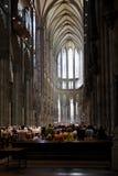 De goddelijke dienst in de kathedraal van Keulen in Duitsland Stock Afbeelding