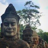 De goden zien bij de Zuidelijke Poort van Angkor Thom onder ogen stock afbeelding