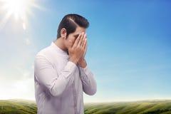 De godsdienst Aziatische moslim met plechtig bidt aan god royalty-vrije stock afbeelding