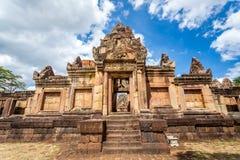 De godsdienstige die ruïne van Prasathin Mueang Tam Hindu in Buri Ram Province Thailand wordt gevestigd stock foto's