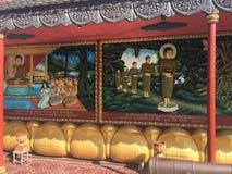 De godsdienstige kleurrijke 3 dimensionale overblijfselen op de muren van Wat Preah Prom Rath Temple in Siem oogsten, Kambodja Stock Foto