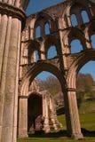 de godsdienstige ruïnes van de 11de Eeuw in landelijk Groot-Brittannië Royalty-vrije Stock Afbeelding