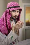 De godsvruchtige Arabische persoon bidt thuis royalty-vrije stock afbeelding