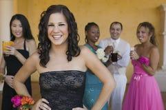 De goed-geklede tieners op school dansen stock foto