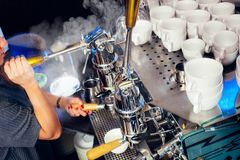 De goede espresso komt onder hoge druk royalty-vrije stock foto's