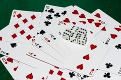 De goede geluksamenstelling van speelkaarten en vijf dobbelt Stock Foto