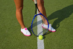 De goede tribunes van benensporten met racket op hof bij zonnige de zomerdag Stock Foto's