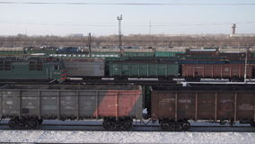 De goederentrein komt bij het station aan stock videobeelden